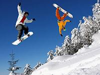 Катание на сноуборде c акробатическими трюками